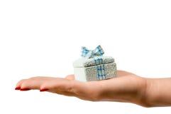 Weibliche Hand, die einen Geschenkkasten anhält Stockfotos