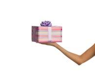 Weibliche Hand, die einen Kasten Geschenke anhält Lizenzfreie Stockfotografie