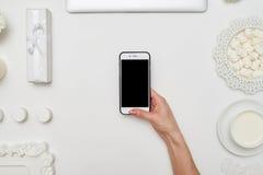 Weibliche Hand, die einen Smartphone, Draufsicht hält Stockfoto