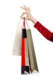 Weibliche Hand, die Einkaufstaschen hält. Stockbilder