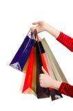 Weibliche Hand, die Einkaufstaschen hält. Lizenzfreies Stockbild