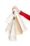 Weibliche Hand, die Einkaufstaschen hält. Stockfotografie