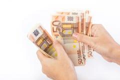 Weibliche Hand, die 50 Eurobanknoten hält Stockbilder