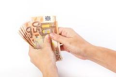 Weibliche Hand, die 50 Eurobanknoten hält Stockbild