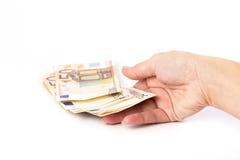 Weibliche Hand, die 50 Eurobanknoten hält Stockfotos