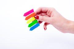 Weibliche Hand, die Farbvorsprünge hält Stockbild