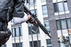 Weibliche Hand, die Gewehr, Abschluss hochhält Kriegs-Actionfilm-Art Stockbild