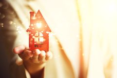 Weibliche Hand, die Hausschlüssel, Immobilienagentur hält Immobiliarversicherung, Sicherheit und gemütliches Hauptkonzept Kopiere Lizenzfreies Stockfoto