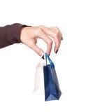 Weibliche Hand, die helle Einkaufenbeutel anhält Lizenzfreies Stockfoto