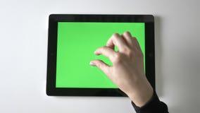 Weibliche Hand, die Klemme tut, um auf Tablette laut zu summen Grüner Schirm, chromakey Konzept, Spitzenschuß 60 fps stock video