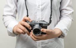 Weibliche Hand, die mirrorless Kamera der modernen Kamera hält Lizenzfreie Stockfotografie