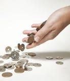 Weibliche Hand, die norwegische Münzen fallenläßt Stockfotografie