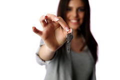 Weibliche Hand, die Schlüssel hält Stockfotos