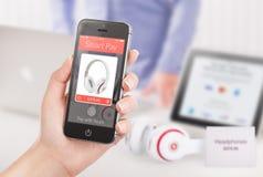 Weibliche Hand, die schwarzes intelligentes Telefon mit nfc intelligentem Lohn applica hält Stockbilder