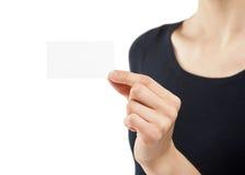 Weibliche Hand, die unbelegtes Namensabzeichen zeigt Stockbild