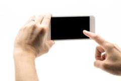 Weibliche Hand, die weißes Mobiltelefon mit schwarzem Schirm hält Stockfoto