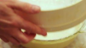 Weibliche Hand gesiebtes Mehl durch ein Sieb stock footage