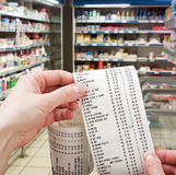 Hand hält die Kontrolle vom Supermarkt Stockfoto