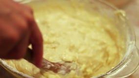 Weibliche Hand kneten den rohen Teig mit einem hölzernen Löffel stock video