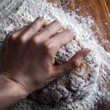 Weibliche Hand kneten Teig für Brot Lizenzfreie Stockfotos