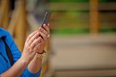Weibliche Hand macht Fotos mit intelligentem Mobiltelefon Stockbild