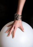 Weibliche Hand mit Armband stockfotos