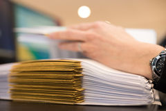 Weibliche Hand mit Dateien oder Dossiers Lizenzfreie Stockbilder