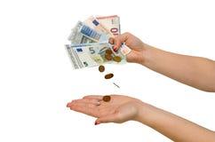 Weibliche Hand mit dem unterschiedlichen Euro lokalisiert Lizenzfreies Stockfoto