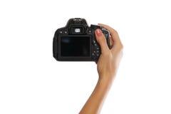 Weibliche Hand mit der Digitalkamera lokalisiert auf Weiß Lizenzfreie Stockfotografie