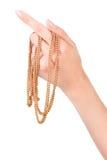 Weibliche Hand mit goldener Kette Stockfoto