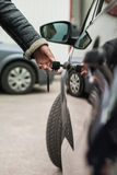 Weibliche Hand mit Schlüssel öffnet Autotür Lizenzfreies Stockfoto