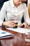 Weibliche Hand mit Stempel Lizenzfreies Stockbild