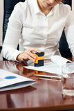 Weibliche Hand mit Stempel Lizenzfreie Stockfotos