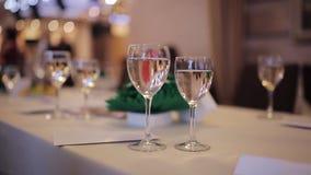 Weibliche Hand nimmt ein Glas Champagner stock footage