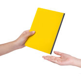 Weibliche Hand senden ein gelbes Buch Stockfotos