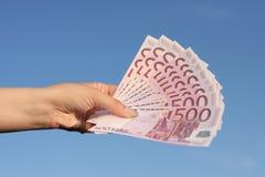 Weibliche Hand voll der Eurobanknoten Stockbilder