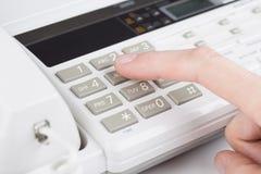 Weibliche Hand wählt die Telefonnummer Stockfoto