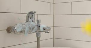 Weibliche Hand wäscht den Mischer im Badezimmer stock video footage