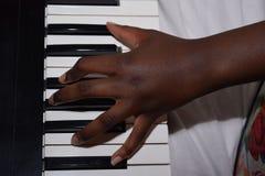 Weibliche Hand, welche die Tastatur spielt Stockfoto