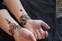 Weibliche Hand zwei mit arabischem oder indischem mehendi und riesiger Erdbeere Schönheit und Modekonzept Traditionelle Muster lizenzfreies stockbild
