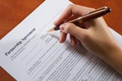 Weibliche Handfüllende Partnerschafts-Vereinbarung Lizenzfreie Stockfotos
