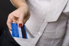 Weibliche Handholding-Kreditkarten Lizenzfreie Stockfotos