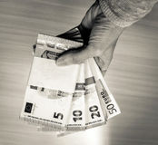 Weibliche Handholdingstapel der Eurorechnungen Lizenzfreie Stockbilder