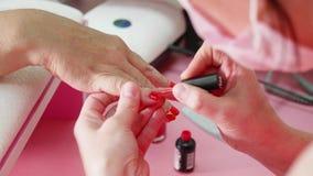Weibliche Handmaniküregroßaufnahme Gealterte Damenhand am Maniküreverfahren stock video footage