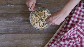 Weibliche Handmischsalat mit zwei Esslöffeln stock video footage