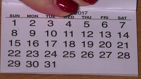 Weibliche Handoffene Januar-Seite auf kleinem 2017-jährigem Kalender stock video