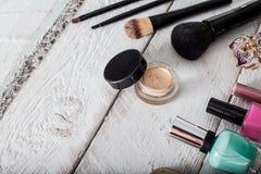 Weibliche Handtasche mit Kosmetik und Mobile auf Jeanshintergrund Lizenzfreies Stockfoto