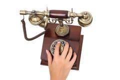 Weibliche Handwählendes altmodisches Telefon Lizenzfreies Stockfoto