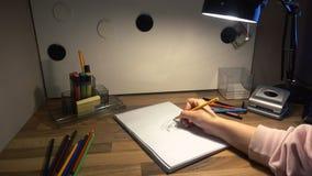 Weibliche Handzeichnung auf einem Blatt Papier mit einem Bleistift 4k Lizenzfreie Stockbilder