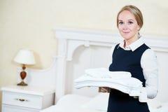 Weibliche Haushaltungsarbeitskraft des Hotels mit Leinen lizenzfreie stockbilder